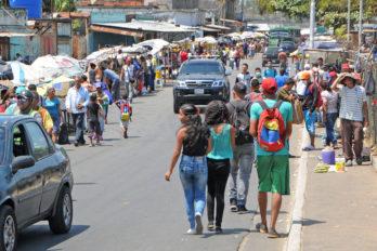 Reportan mayor afluencia en mercados de Guayana. Aunque los clientes usan tapabocas, no cumplen con el distanciamiento social.
