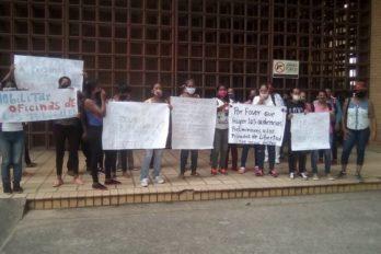 Familiares de privados protestan en tribunales de Ciudad Bolívar