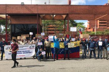 Dirigentes sindicales y trabajadores manifiestan frente a la CVG