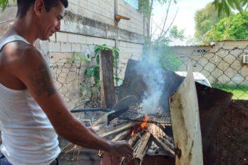 Cocinan con leña