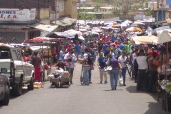Rechazan incumplimiento del distanciamiento en mercados y transportes