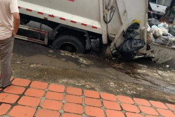 Camión del aseo urbano se hundió en el pavimento