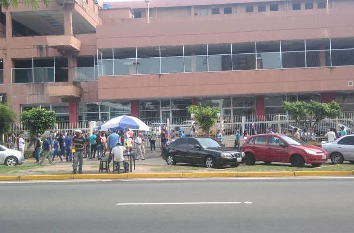 Largas colas para surtir combustible y retirar efectivo en Guayana