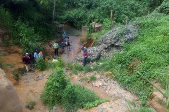 Habitantes del sector La Victoria recogen agua en una cárcava