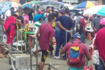 Vendedores informales de Chirica ocupan la calle Ambrosio Plaza en días de parada