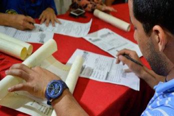 Graduandos exigen entrega de títulos universitarios