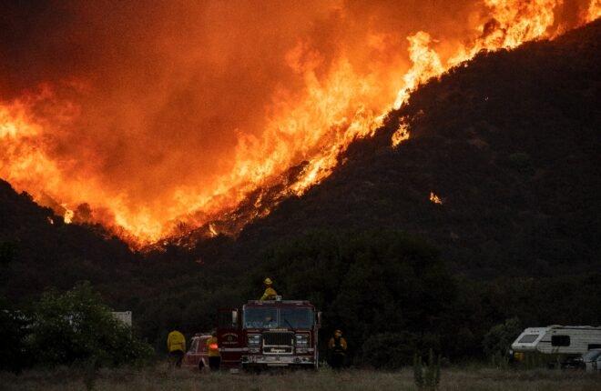 Bomberos batallan contra incendio al este de Los Ángeles — California