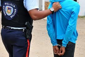 Arrestan a mujer por agredir a un adolescente de 13 años