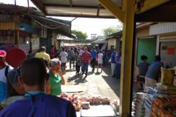 """""""Muchos vendedores y compradores"""" en mercado de San Félix"""