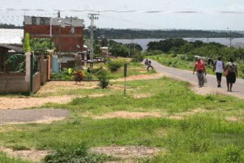 Falta de gasolina obliga a los guayaneses a realizar largas caminatas