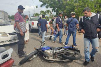 Reportan motorizado herido al evitar colisión con vehículo