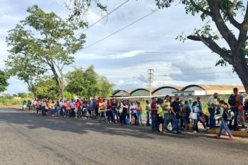 Larga espera por transporte público en inicio de flexibilización