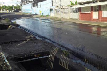 Calle de Los Sabanales inundada por aguas servidas