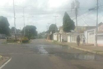 Calles de la UD-103 deterioradas por botes de agua