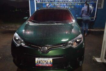 Arrestan a mujer que conducía vehículo solicitado por estafa
